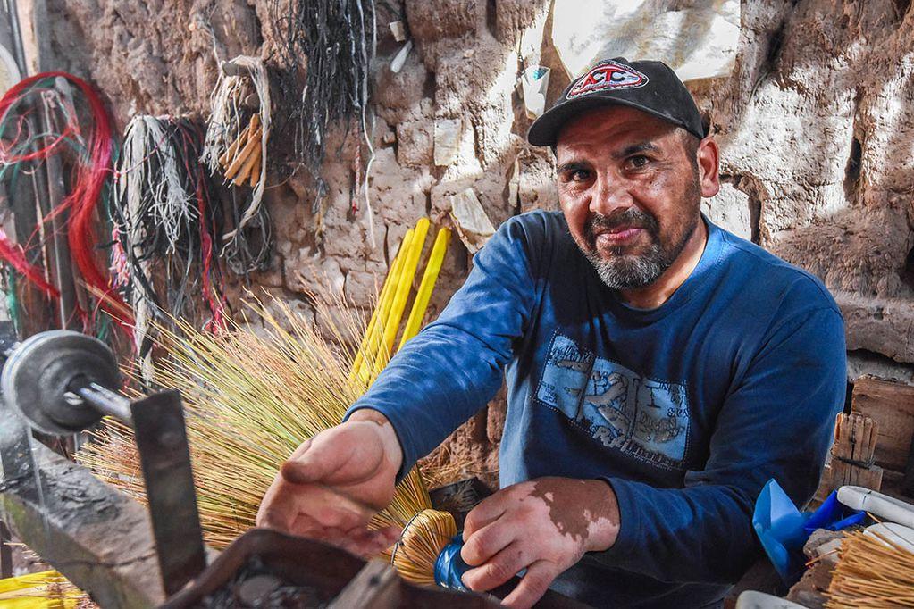 """Familia de escoberos. Ricardo Calla """"Richard"""" suele confeccionar hasta 100 escobas en 12 horas."""