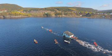 Video viral: una pareja transporta su nueva casa sobre el mar y casi la pierde en el intento
