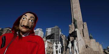"""El homenaje con estatuas a """"La casa de papel"""" en el Monumento a la Bandera de Rosario"""