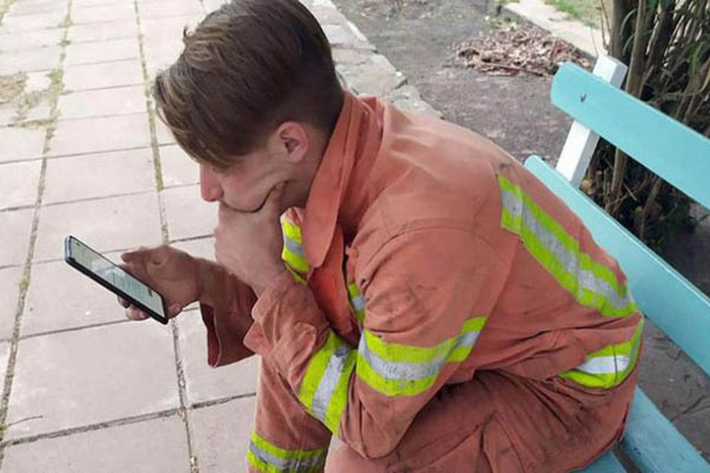 Un joven bombero rindió un examen para la facultad en medio del combate de incendios en Córdoba.