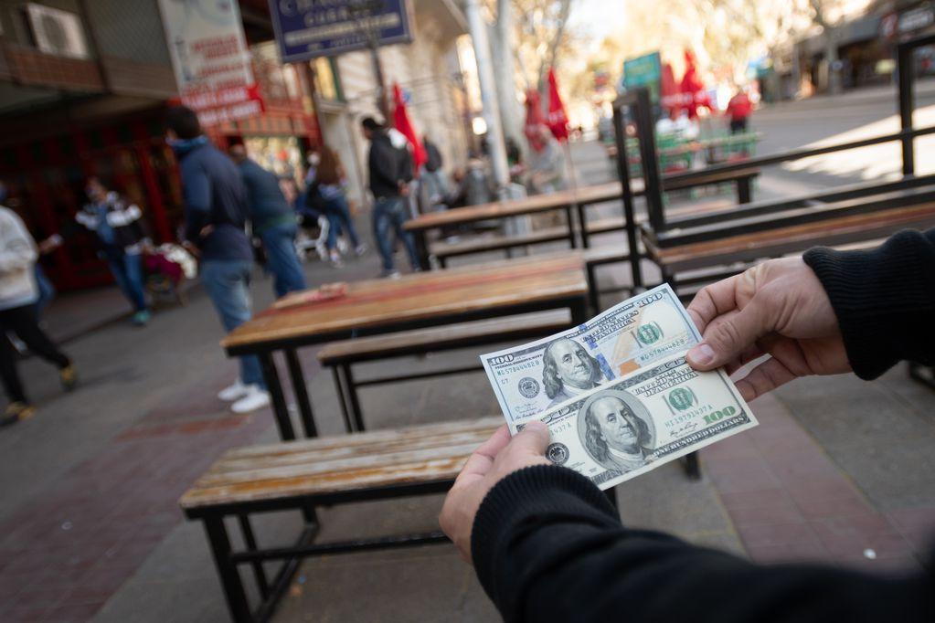 """Dólar """"cara chica"""": qué billetes son válidos para viajar al exterior"""