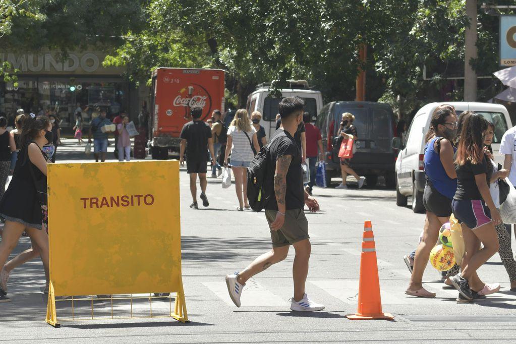 A pesar de que la pandemia no ha terminado, la gente ya tomó las calles e intenta continuar con su actividad habitual. Foto: Orlando Pelichotti / Los Andes