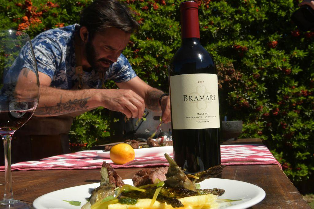 El chef Nicolás Bedorrou prepara un plato con un vino recomendado. Foto Orlando Pelichotti