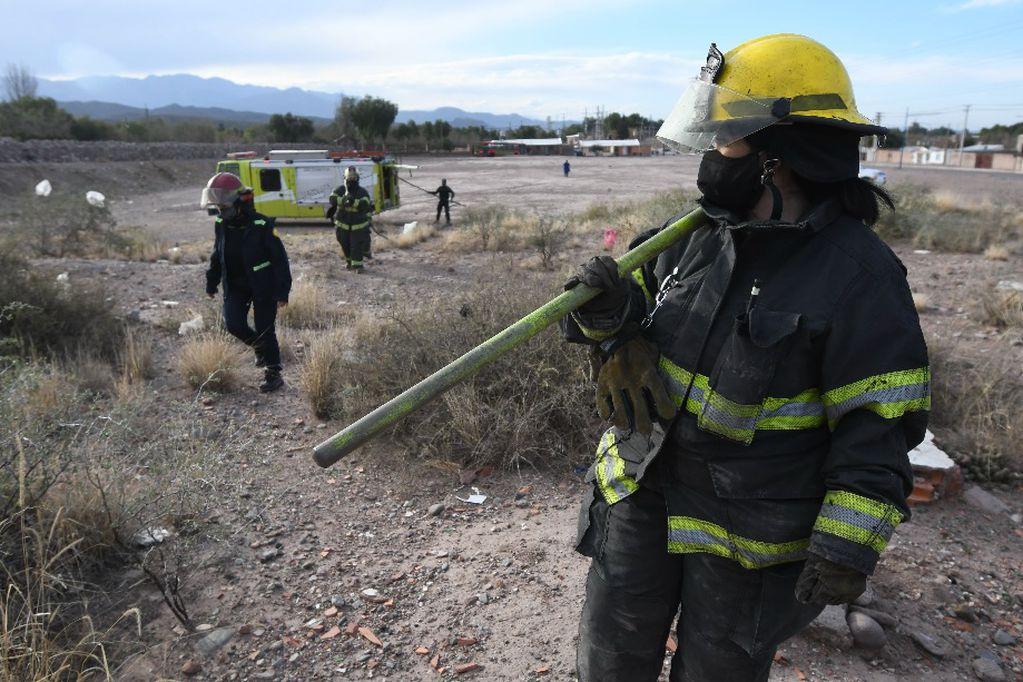 Son días movidos para los bomberos del Gran Mendoza. La sequía y el efecto Zonda provocaron 116 intervenciones. Foto: José Gutiérrez / Los Andes