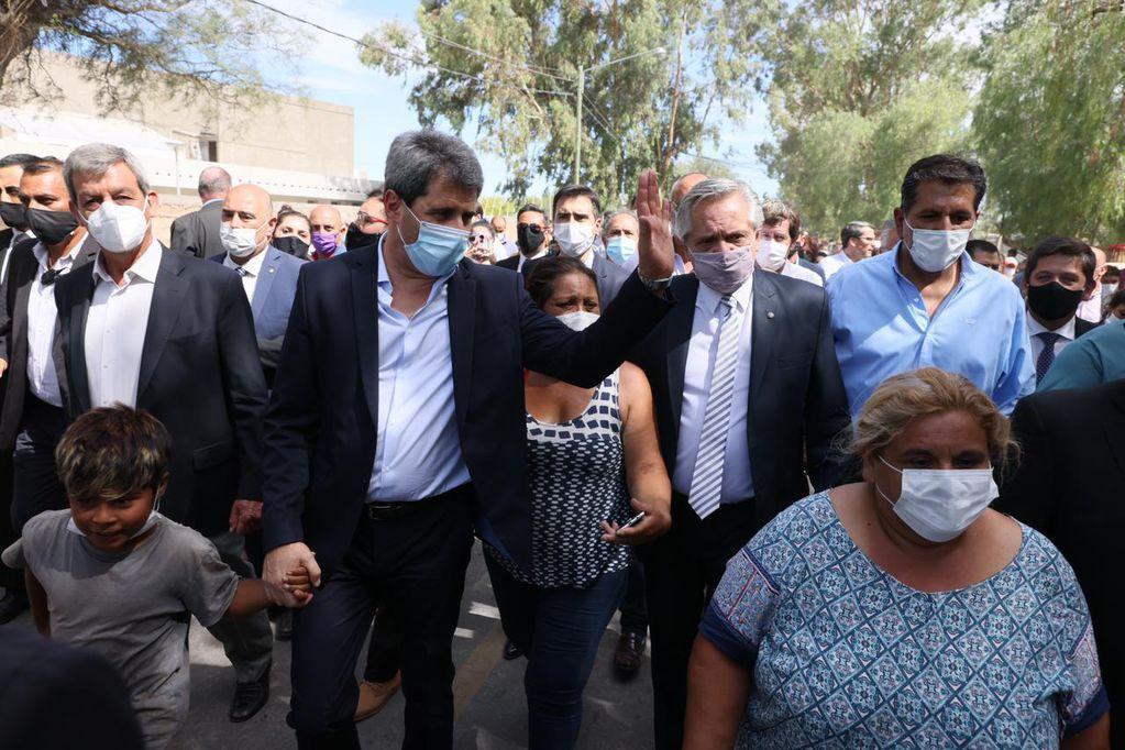 Alberto Fernández junto a Sergio Uñac en su visita a las zonas más afectadas de San Juan