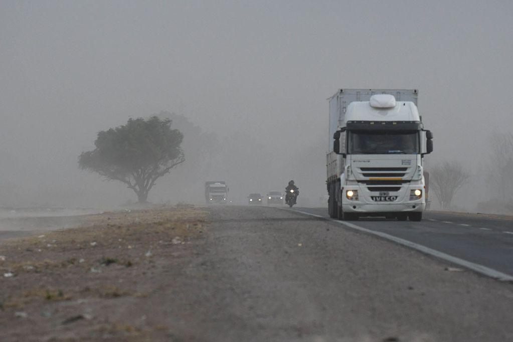 Fuertes ráfagas de viento Zonda ayer por la tarde en Mendoza. Acceso Norte, pasando el aeropuerto Francisco Gabrielli en el departamento de Las Heras. Marcelo Rolland  / Los Andes