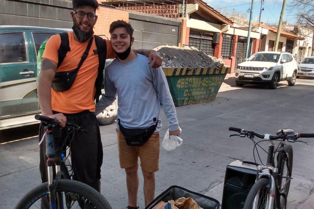 """Luciano Herrera y Leandro García sufrieron el robo de un modesto autito con el que repartían pan y ahora lo hacen en bicicleta y con un parlante para anunciar que llevan """"pan calentito""""."""