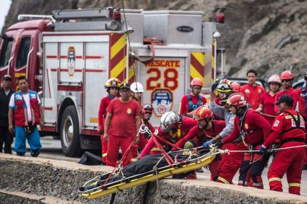 Tragedia en Perú: un micro cayó a un precipicio y murieron al menos 27 personas