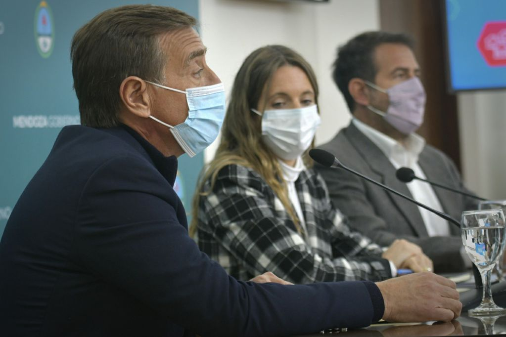 El gobernador Rodolfo Suárez, la titular del IPV, María Marta Ontanilla, y el ministro de Planificación, Mario Isgró. / Orlando Pelichotti