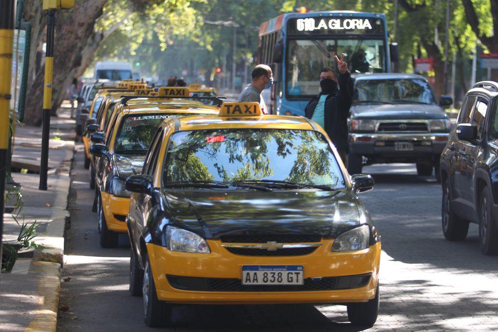 Taxistas del Centro mendocino: los fieles y discretos confesores sobre ruedas