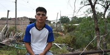 Beca para Ariel Flores, abanderado y albañil, que quiere ser arquitecto