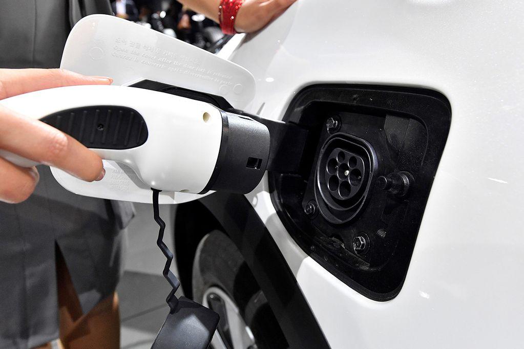 Autos eléctricos: escasa oferta y sin lugar de carga
