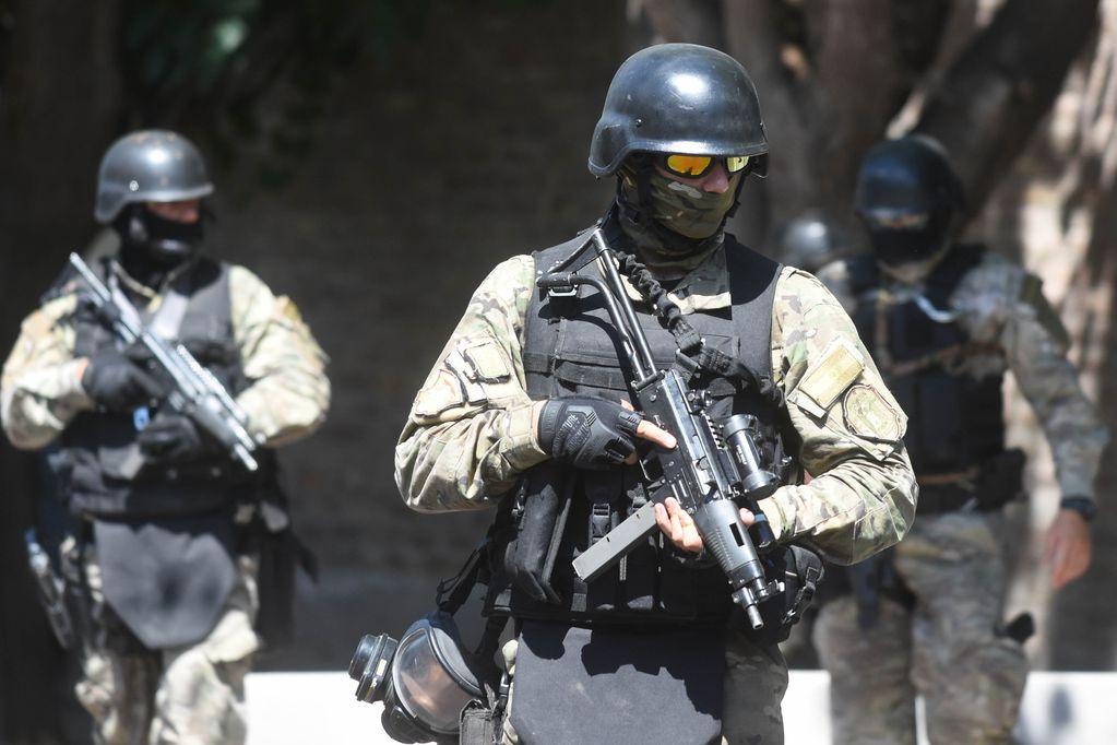 Un joven se atrincheró con dos cuchillos en una casa de Maipú y tuvo que ser reducido por grupos de élite