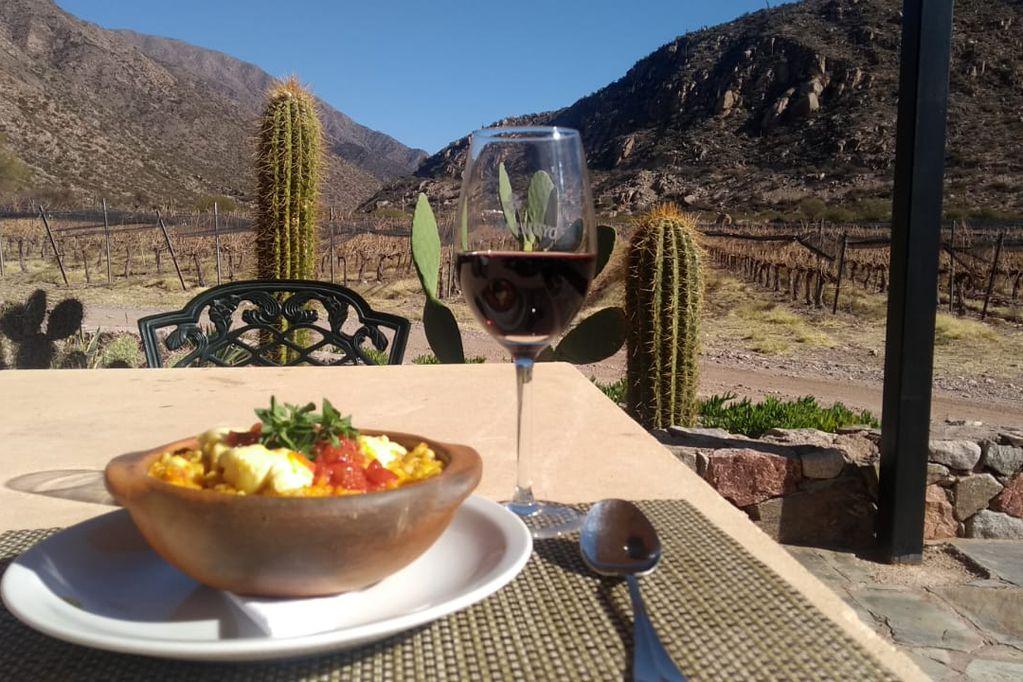 El restaurante de Bodega Chañarmuyo es sinónimo de recetas ancestrales de montaña, elaboradas con productos de estación y  de su propia huerta orgánica.