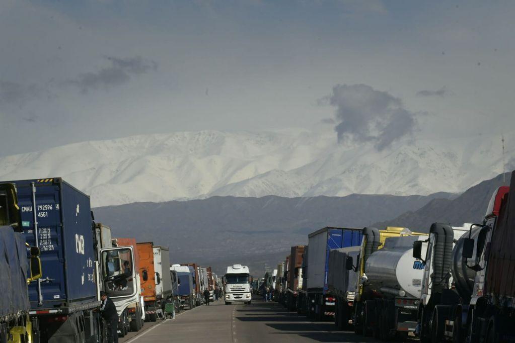 Camiones esperan a la largo de Ruta de Destilería de Luján de Cuyo que abra el Paso a Chile. Orlando Pelichotti / Los Andes