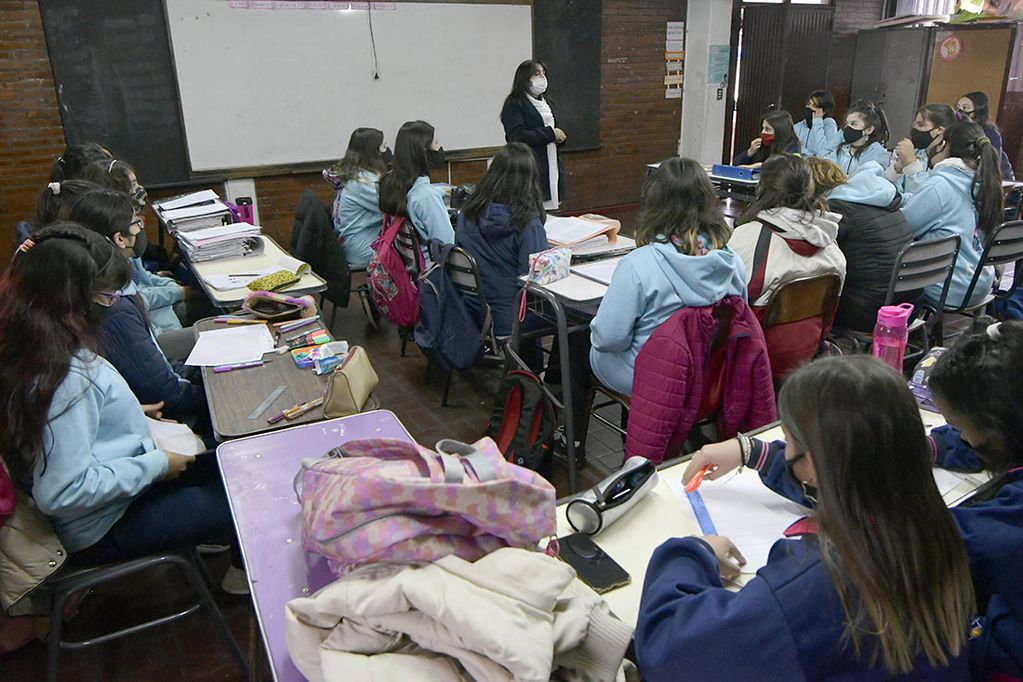 Desde la primaria hasta la secundaria, los docentes se enfrentan al desafío de aplicar nuevas técnicas o seguir con las tradicionales. Foto: Orlando Pelichotti / Los Andes