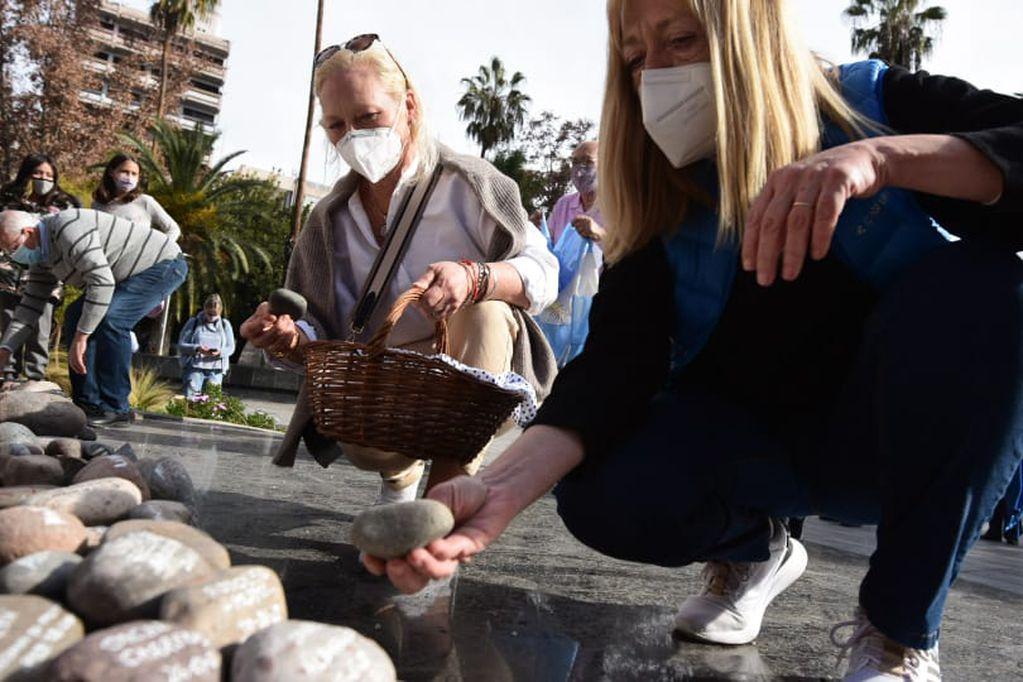 La ciudad de Mendoza decidió trasladar las piedras colocadas por los familiares al Museo del Área Fundacional para evitar que sufran daños. - Mariana Villa / Los Andes
