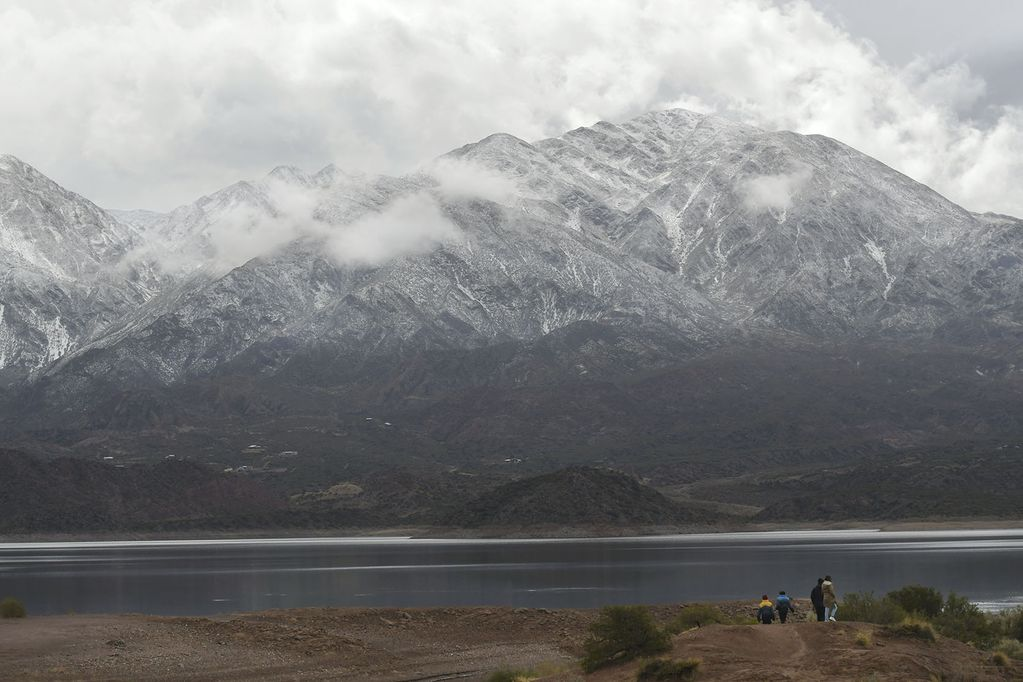 Potrerillos con nieve. El tiempo continuará inestable en cordillera y precordillera con algunas nevadas leves hasta mañana, según las previsiones. Foto: Orlando Pelichotti / Los Andes