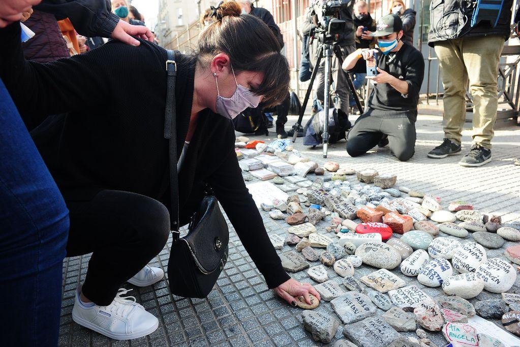 Marcha de las piedras: homenajearon a las víctimas del Covid-19 en Casa Rosada y la Quinta de Olivos