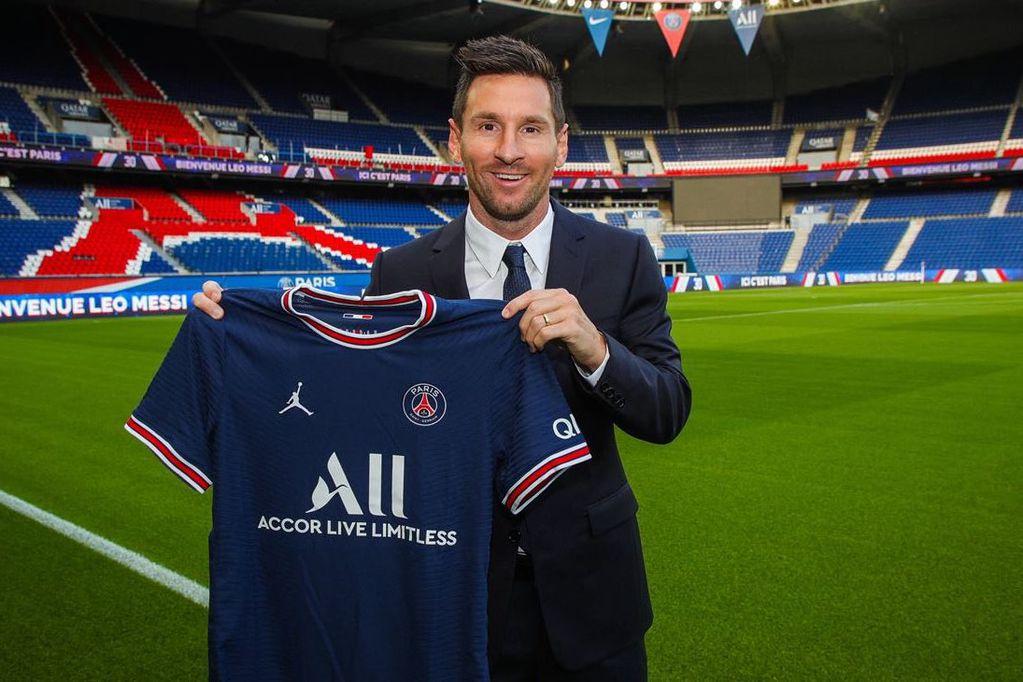 El PSG ya compartió la primera imagen de Messi con la camiseta del club francés.