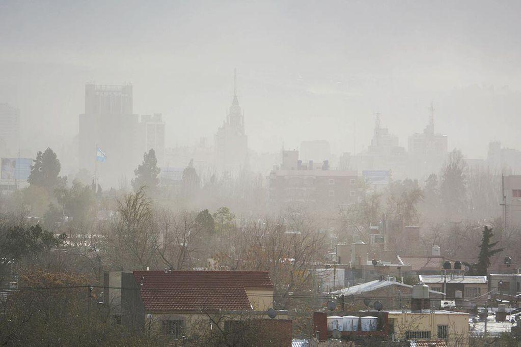 El Zonda provocó daños en varios departamentos y se espera el ingreso de un frente frío y lluvias en Mendoza