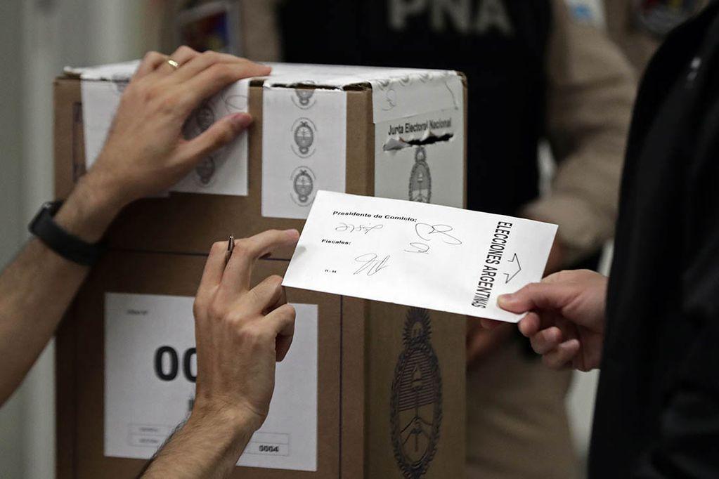 Argentina sigue en este rumbo y seguirá si no cambia su voto populista por otro democrático. Con el populismo está asegurada nuestra pobreza y degradación.