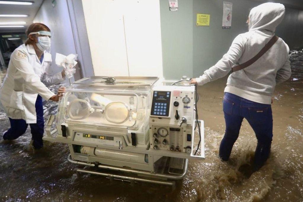 Por desbordamientos en el río Lerma se inundó un hospital en México: al menos 17 muertos