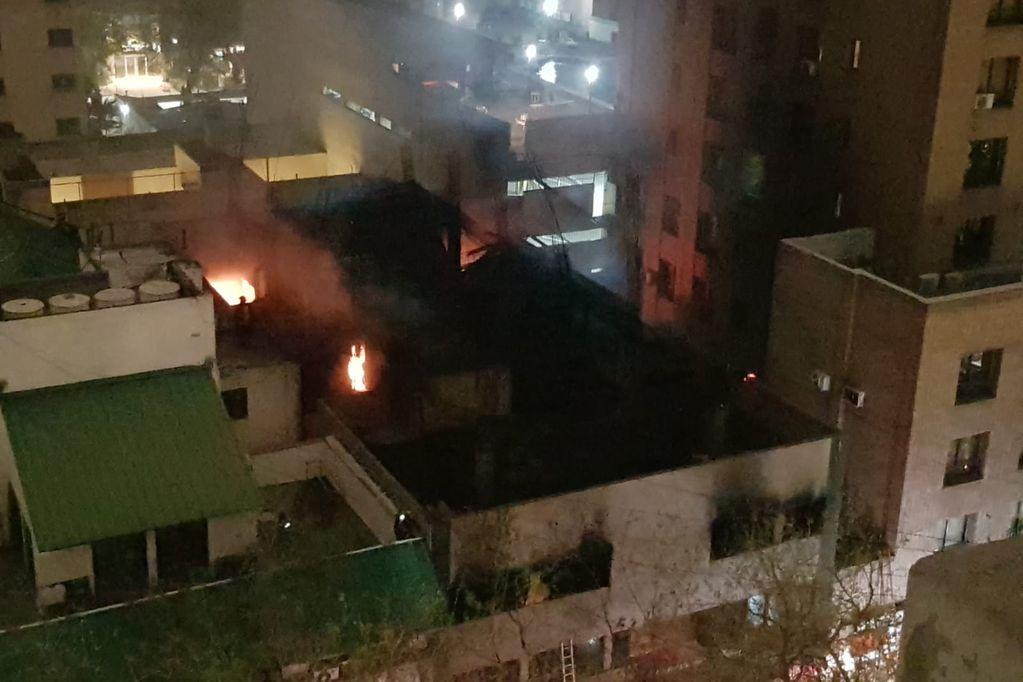 Incendio en edificio de avenida Colón, entre Mitre y Chile (Ciudad de Mendoza) Orlando Pelichotti / Los Andes