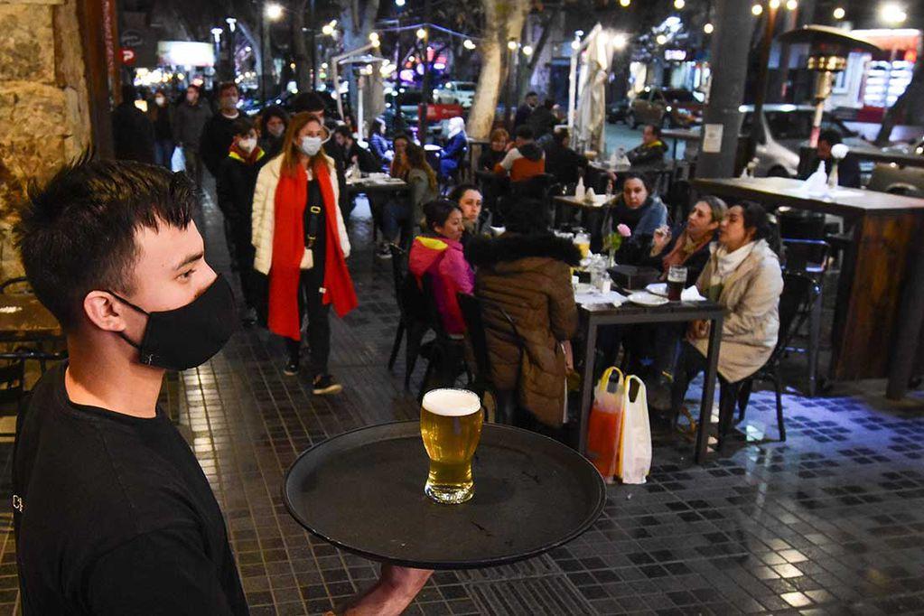 Oficial: Suárez mantiene el horario de circulación hasta la 1.30 en Mendoza
