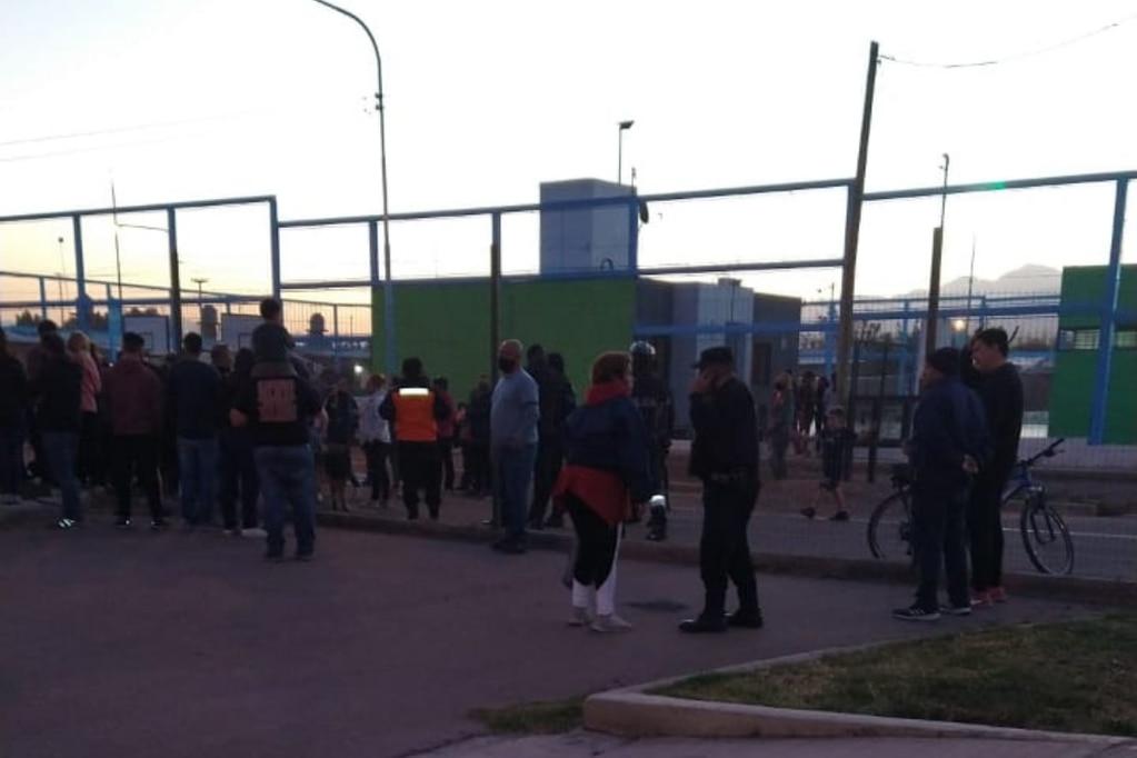 Vecinos del Procrear y Soberanía Nacional se enfrentaron por un cierre perimetral.