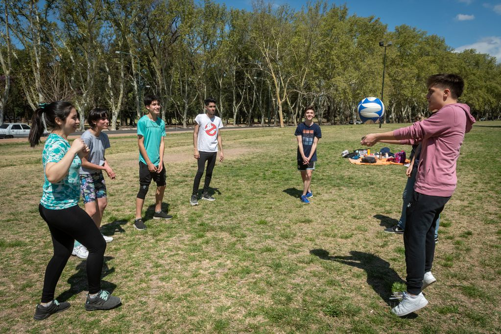 Un grupo de compañeros de la escuela técnica Pablo Nogués fueron los primeros en llegar al Parque General San Martín. Foto: Ignacio Blanco / Los Andes