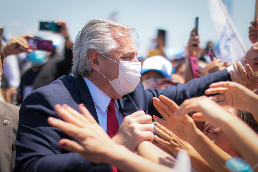 Alberto Fernández viajó a Tucumán para recorrer distintas fábricas, en una jornada que terminará con un acto de campaña del Frente de Todos.