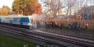 Accidente fatal: el tren Sarmiento embistió a una moto que quiso pasar con las barreras bajas