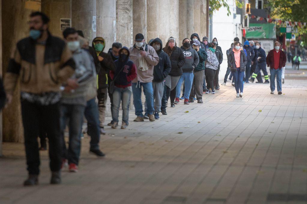 La situación mejora, pero aun hay 45.000 desocupados en el Gran Mendoza.  En el Correo Central se esta pagando  Ingreso Familiar de Emergencia IFE destinado a los sectores más vulnerables de la economia que se vieron perjudicados por la cuarentena obligatoria   Foto: Ignacio Blanco / Los Andes   cuarentena