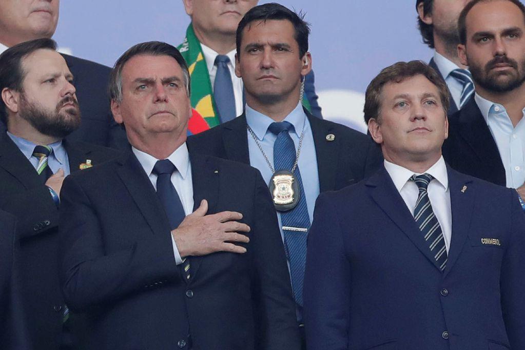 Jair Bolsonaro, presidente de Brasil -a la izquierda-; y Alejandro Domínguez, titular de la Conmebol, durante la última final del torneo, que ganó Brasil ante Perú. Fue en Río de Janeiro, en julio de 2019. (AP)