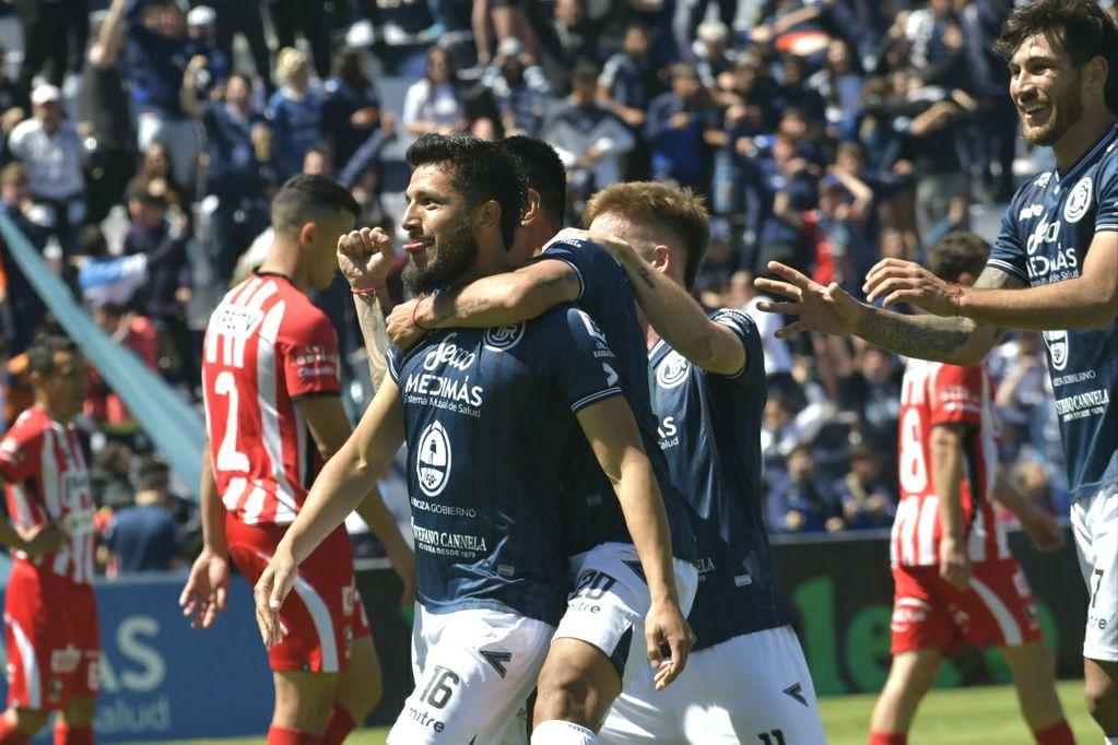 Sebastián Navarro festeja el gol que significó la victoria parcial de 2-1 frente a Instituto. /Orlando Pelichotti-Los Andes