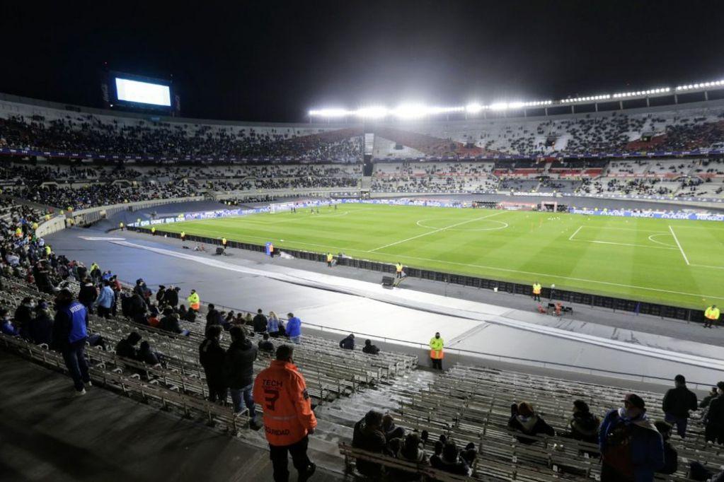 Los hinchas argentinos aún no saben cuando volverán a alentar a sus equipos en los estadios de fútbol. / Gentileza.