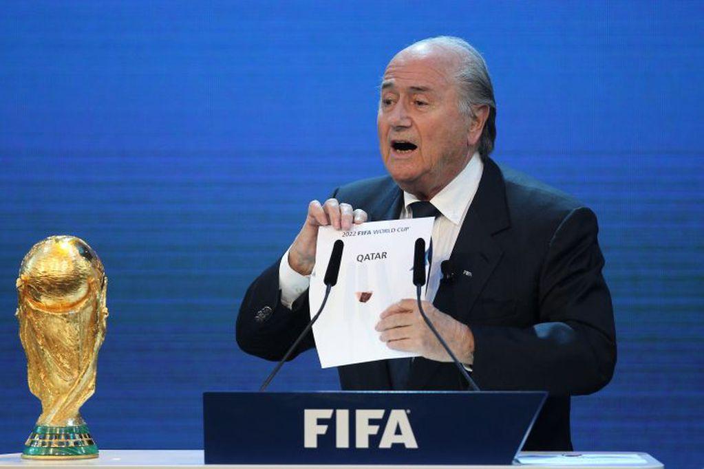 Joseph Blatter, expresidente de la FIFA, abriendo el sobre que revela a Qatar como organizador del Mundial 2022 (Foto: AFP).