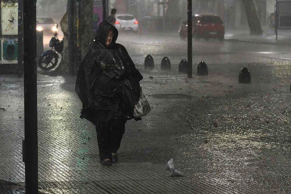 Defensa Civil advirtió por la formación de tormentas en varias zonas de Mendoza. Foto: Jose Gutierrez / Los Andes