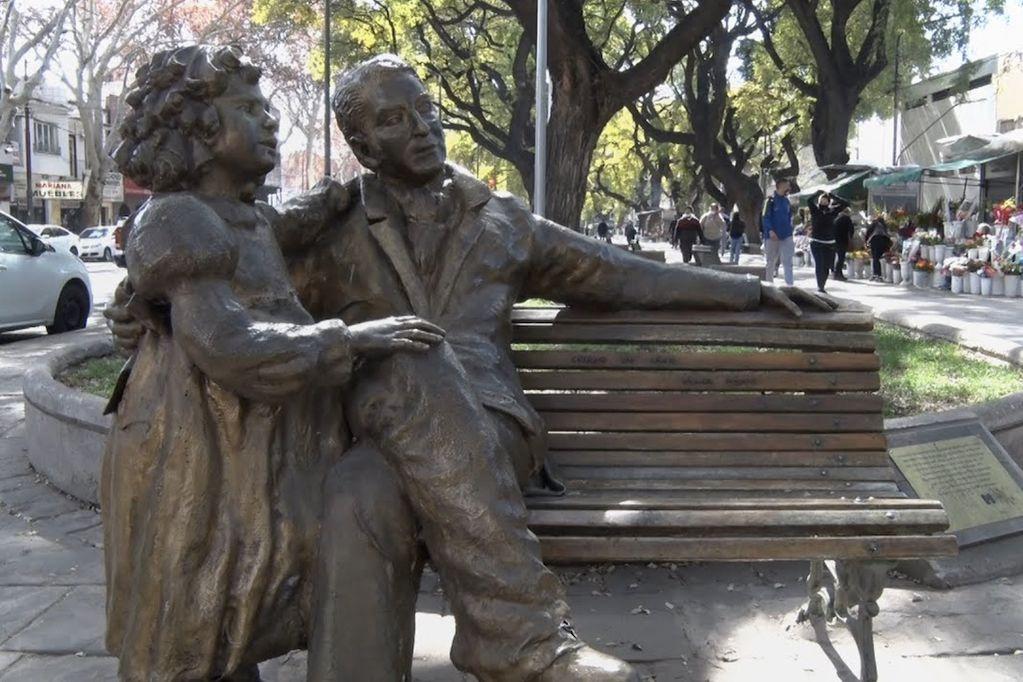 José de San Martín y su hija Merceditas, homenajeados en una escultura en la Alameda de Mendoza.