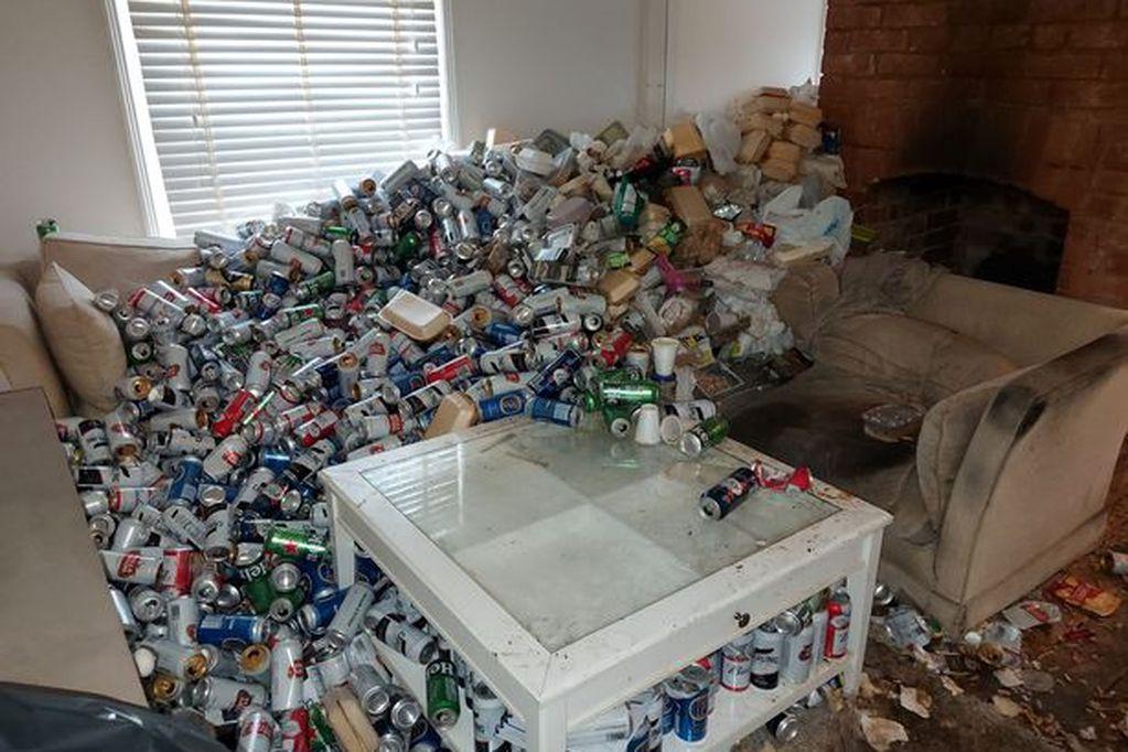 Un inquilino transformó la casa donde vivía en un depósito de mugre.