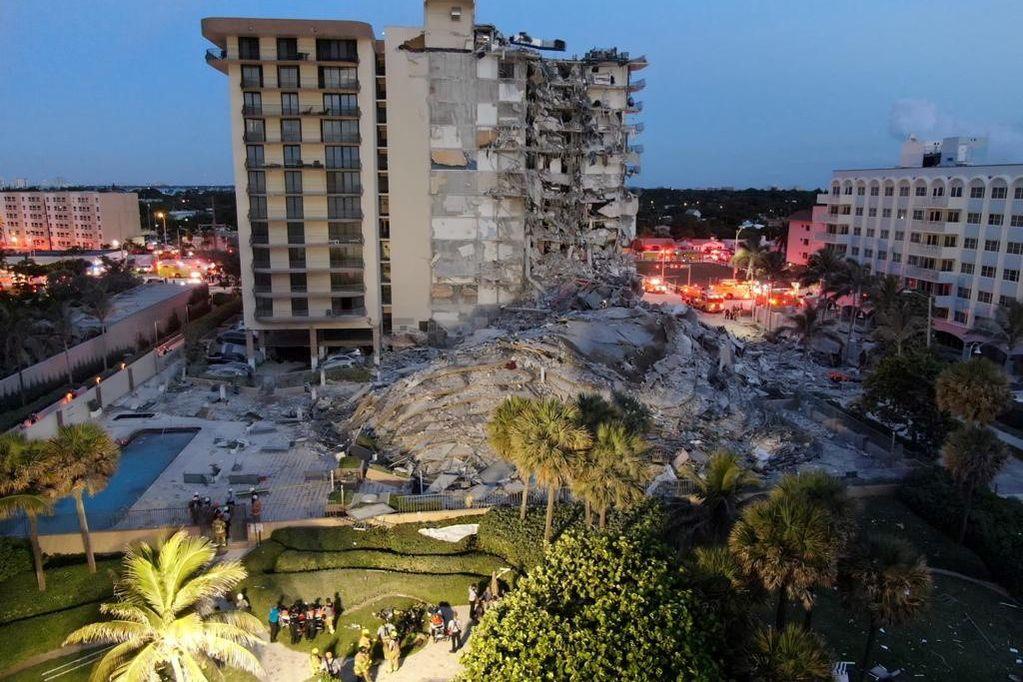 Se registra un incendio entre los escombros del edificio derrumbado en Miami
