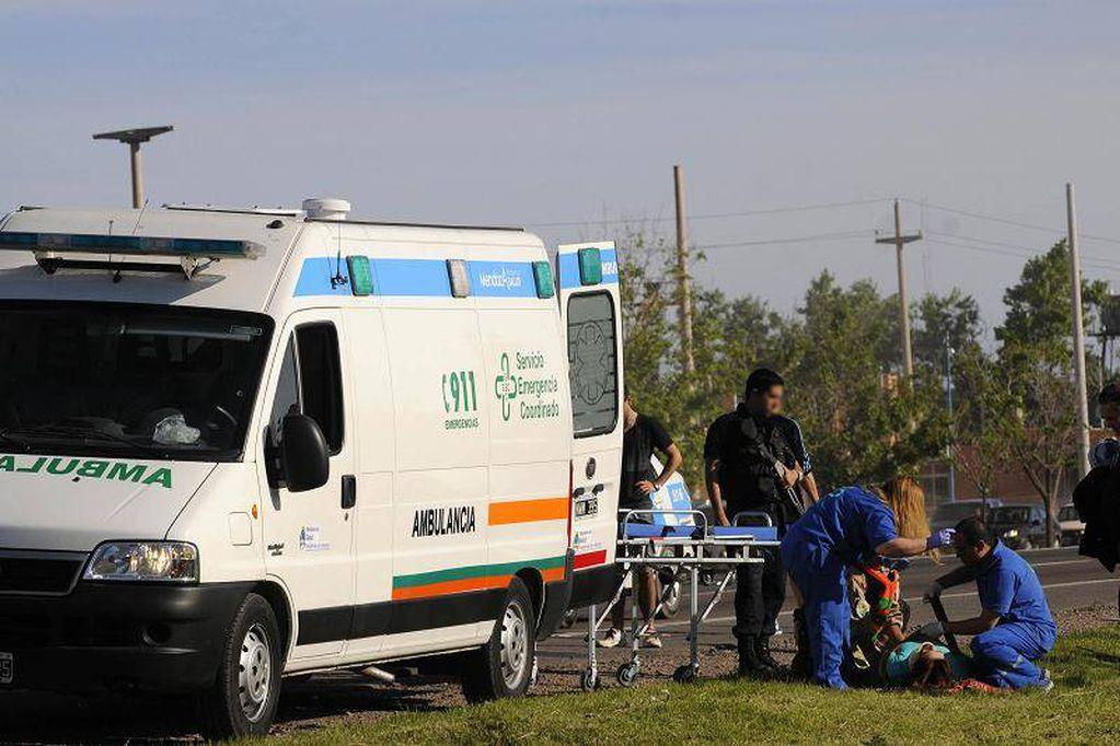 Chocó contra un árbol en Luján, su hermana salió despedida del auto y está grave
