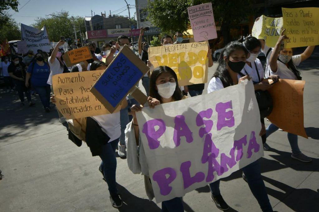 Unos 200 trabajadores marcharon por las calles mendocinas en reclamo de mejores condiciones de trabajo. Foto: Orlando Pelichotti / Los Andes.