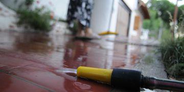 Prohibido. Pese a que desde el EPAS indican que hay mayor toma de conciencia, el 31% de las multas se aplicó por lavar las veredas. Archivo / Los Andes