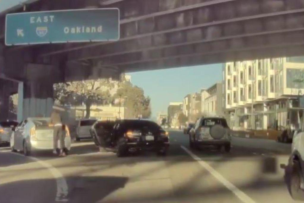 El ladrón se bajó del auto, rompió la luneta y se llevó una mochila con elementos de fotografía.