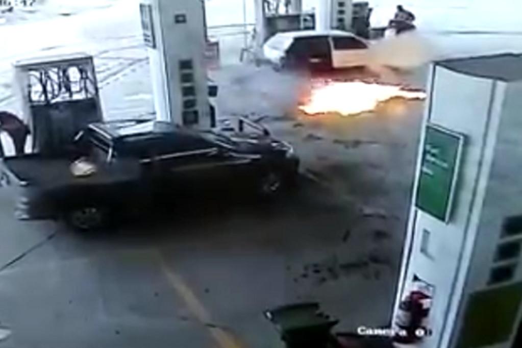 La situación no pasó a mayores, teniendo en cuenta que el incendio quedó cerca del expendió de GNC donde había otros autos.