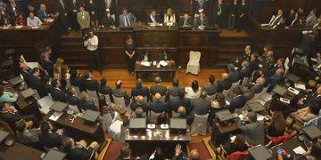 Sueldos legislativos: un aumento fuera de lugar.