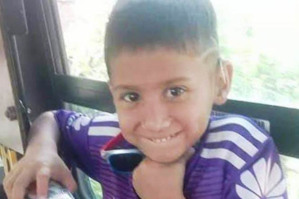 El niño que es fanático de River y perdió sus audífonos en un recreo de su escuela. Pide ayuda para comprar unos nuevos, pero mientras también tendrá posibilidad de conocer a los jugadores que admira.
