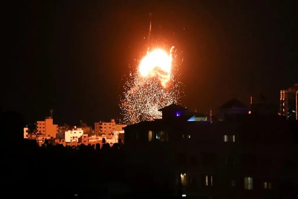 Aviones de guerra israelíes atacan un objetivo en el sur de la Franja de Gaza - Gentileza Infobae